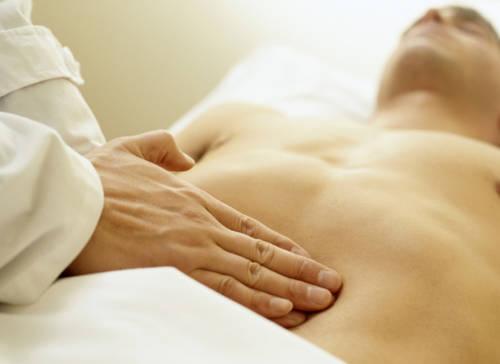 Врач лечащий кишечник